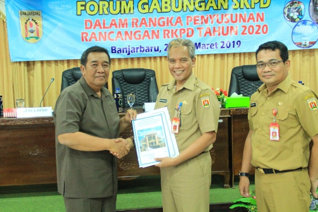 Ketua DPRD Kota Banjarbaru menyerahkan dokumen pokok-pokok pikiran DPRD kepada Pemerintah Kota Banjarbaru. Foto : Glh - Hms Bjb