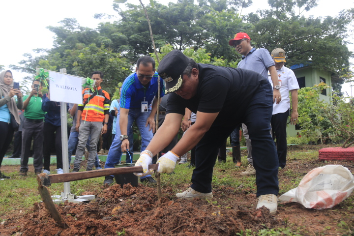 HPSN 2019 di TPA Gunung Kupang juga diisi dengan kegiatan penanaman pohon. Foto : Mhl - Hms Bjb