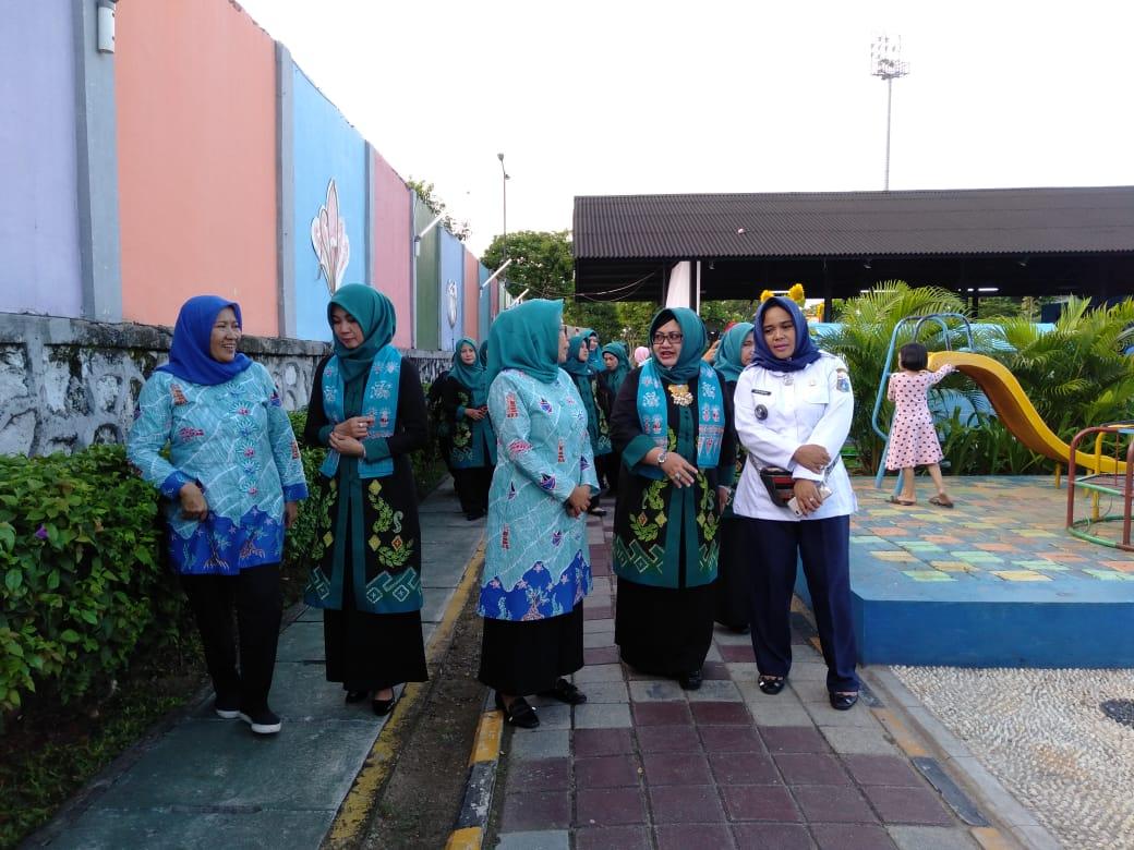 TP PKK Kota Banjarbaru melakukan Kunjungan Kerja ke RPTRA Rasela, Kelurahan Rawa Badak Selatan. Foto : Upk - Hms Bjb