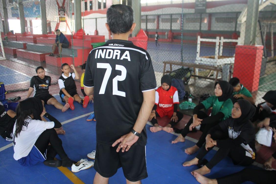 Selain melatih SSB, Coach Indra juga melatih tim futsal puteri. Foto - Istimewa