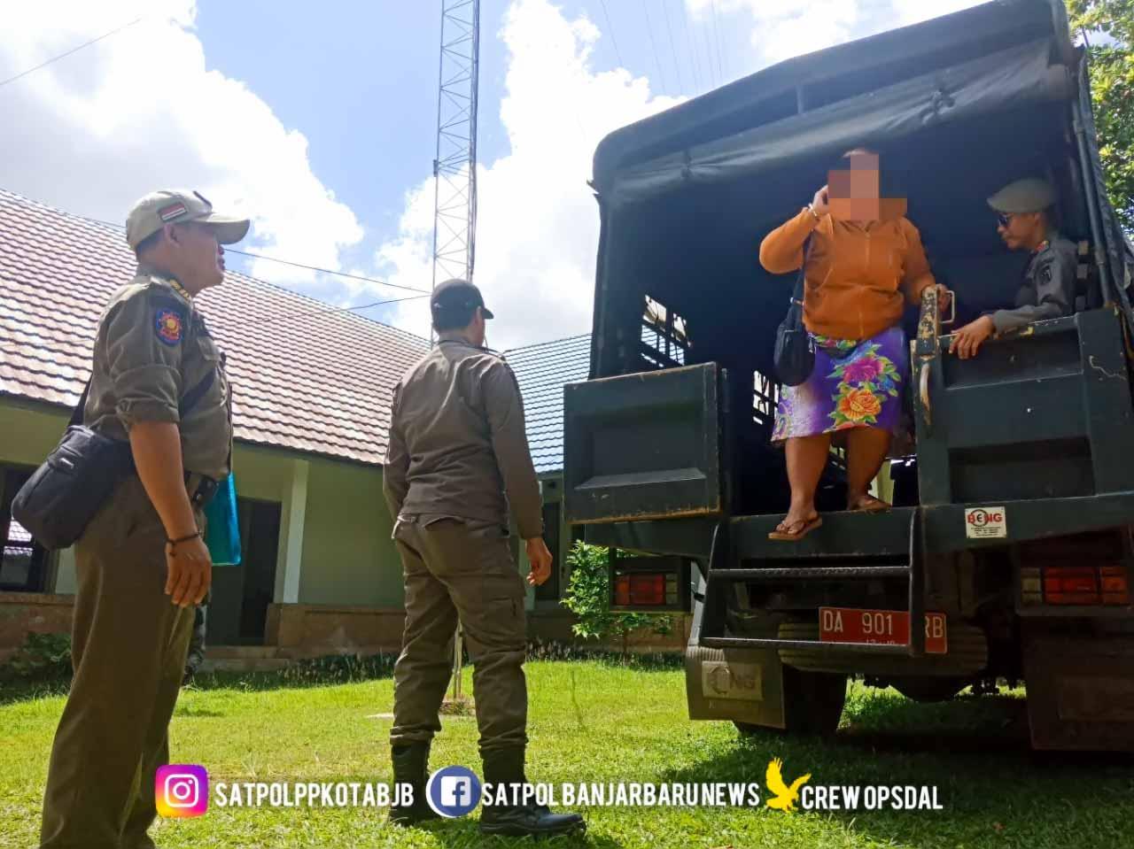PSK diturunkan dari atas truk Satpol PP. Foto - Hms Satpol PP
