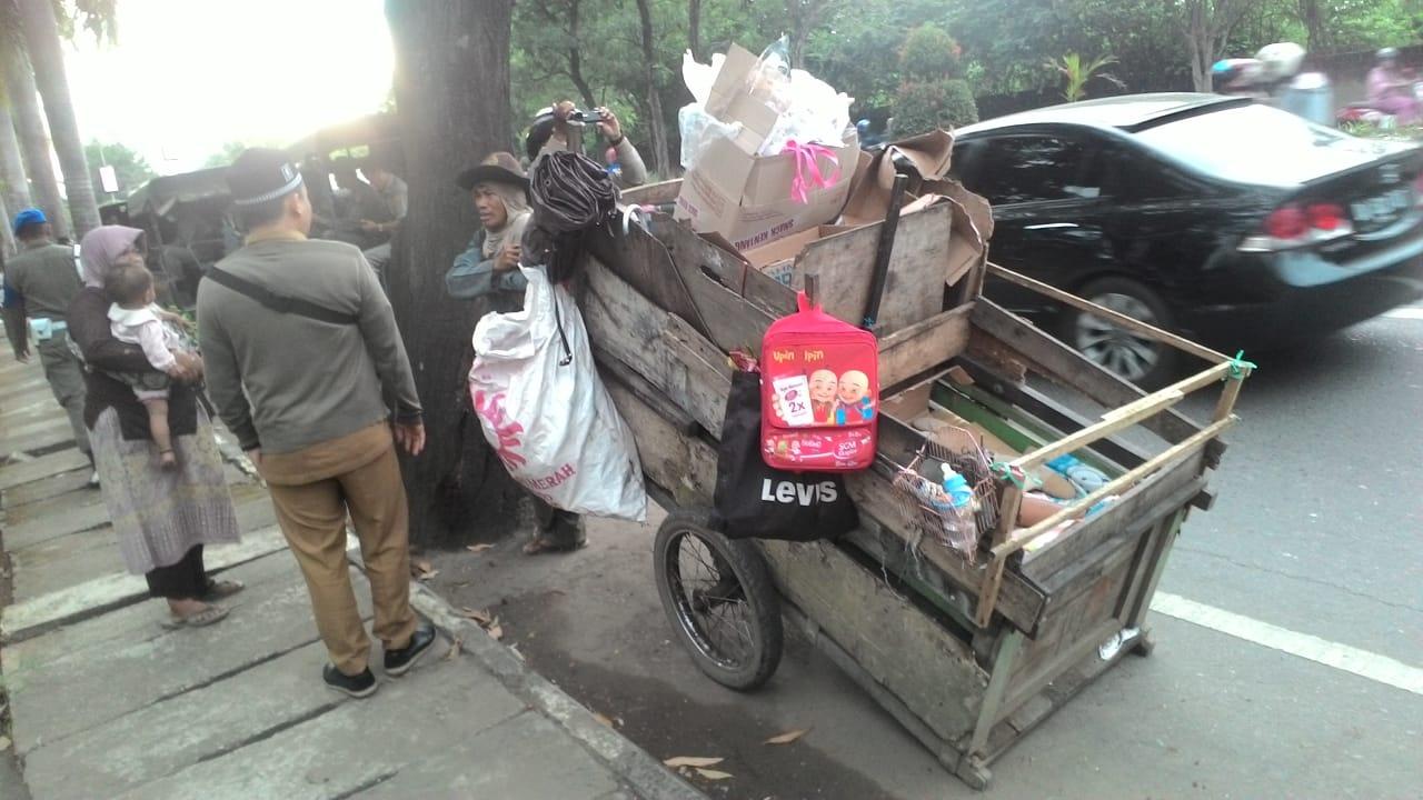 Manusia gerobak mendapatkan peringatan dari Satpol PP agar tidak mangkal lagi di tepi Jalan A Yani. Foto - Dema